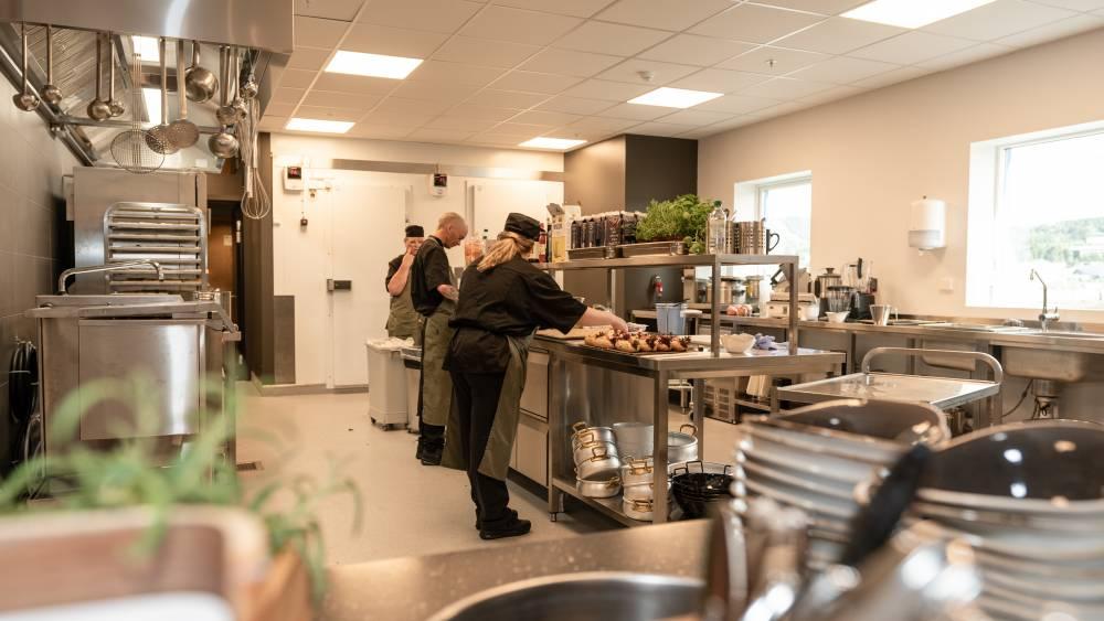 Storkjøkkenutstyr og nødvendigheter som enhver serveringsbedrift trenger